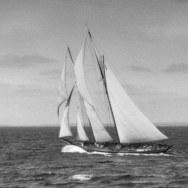 bluenose_making_a_dip_1922